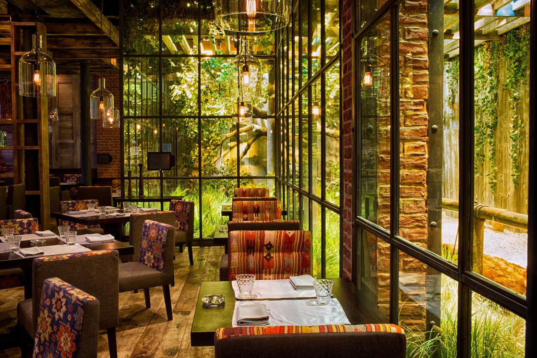 Ресторан Шинок - фотография 8 - Стеклянный атриум с животными