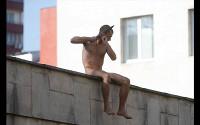 Петр Павленский отрезал себе мочку уха, сидя на заборе института имени Сербского