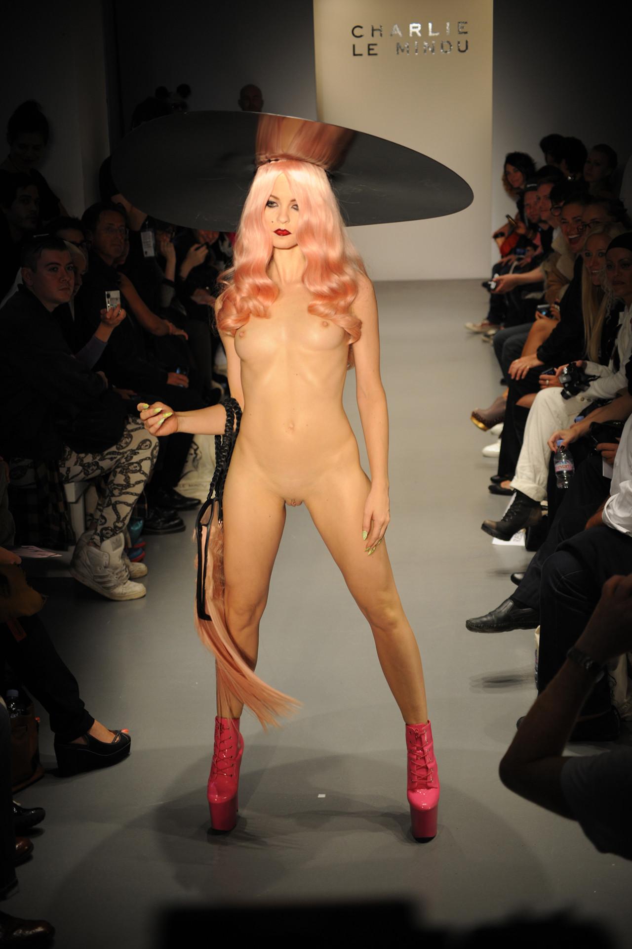 Посматреть бесплатно показ моды онлайн эротика фото 670-441