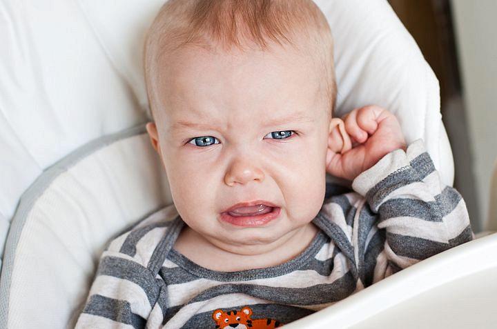 У ребенка болит ухо: что делать - первая помощь