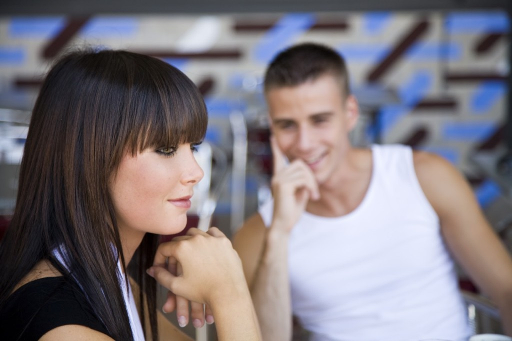 Нужно ли подавать женщине руку при знакомстве
