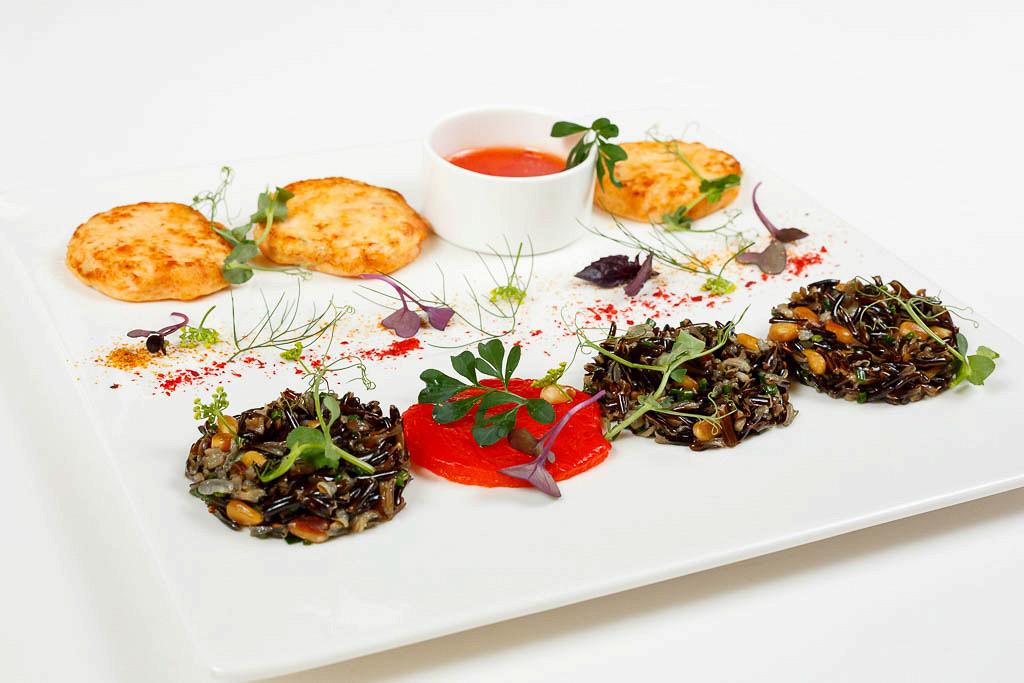 Ресторан G.Graf - фотография 13 - Котлеты из камчатского краба с диким рисом, кедровыми орешками и сладким соусом чили