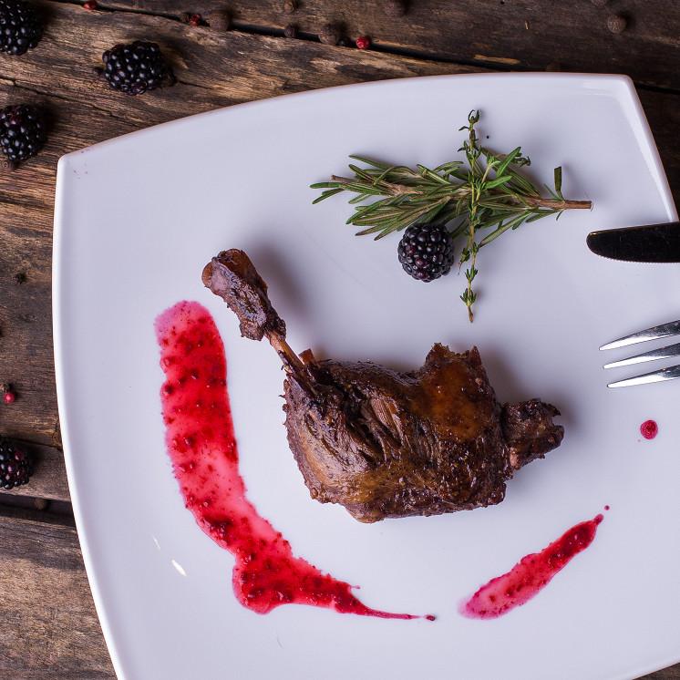 Ресторан Tomle - фотография 4 - Утиная ножка, томлёная в ежевичном пюре
