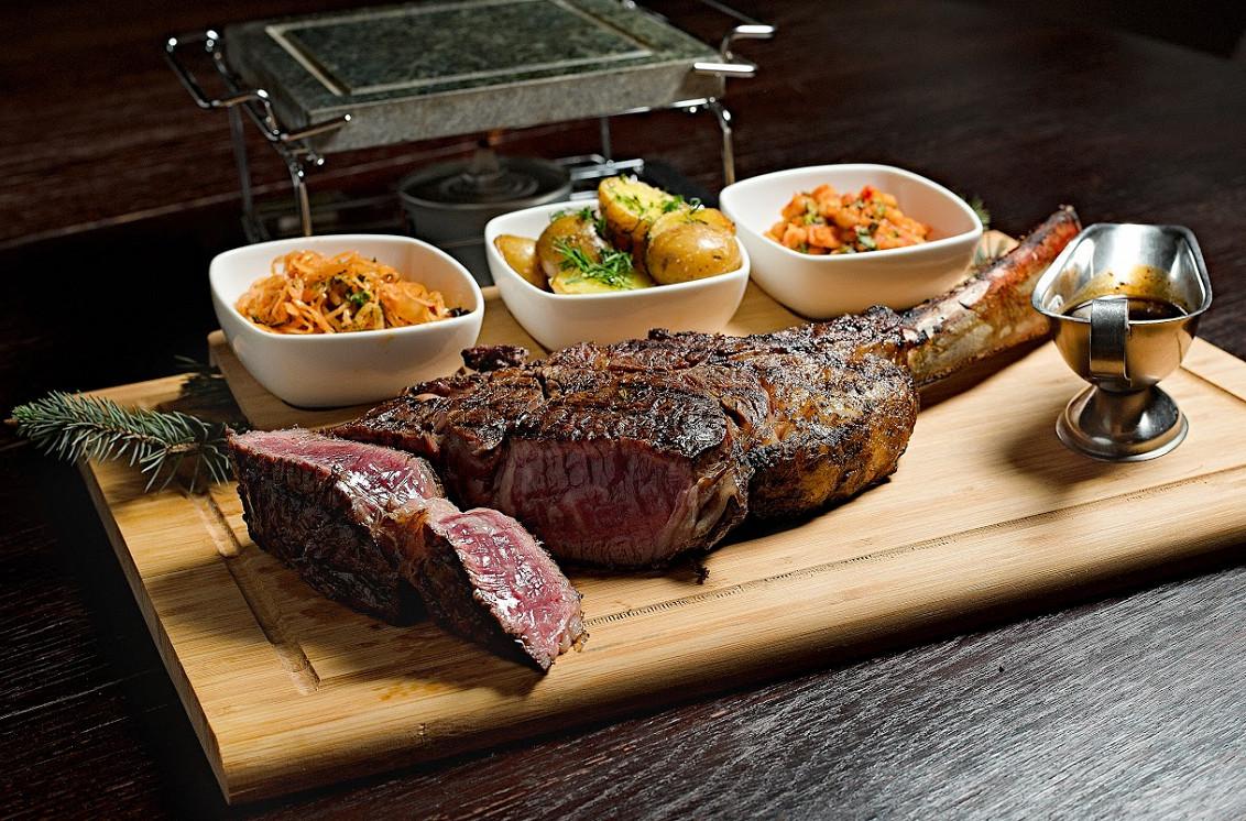 """Ресторан Де Марко - фотография 48 - Стейк """"Томагавк""""  с гарниром из печеного картофеля,,белой фасоли и тушеной капусты( блюда на компанию от трех человек)"""
