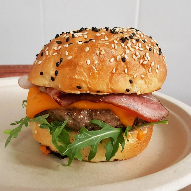 Ресторан Bear Burgers - фотография 4 - Свит Рэд - бургер с котлетой из мраморной говядины, с рукколой, чеддаром, поджаристым бекончиком и авторским мятным соусом с брусникой.