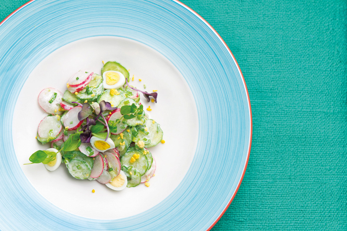 Ресторан Чайхона №1 - фотография 3 - Традиционный узбекский салат из сочного редиса , свежих огурцов и душистой зелени, заправлен мацони, подается с перепелиными яйцами.