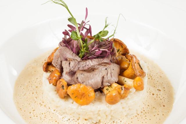 Ресторан Де Марко - фотография 36 - Ризотто со сливочным фюме, телятиной и лисичками, приправленное луговыми травами.