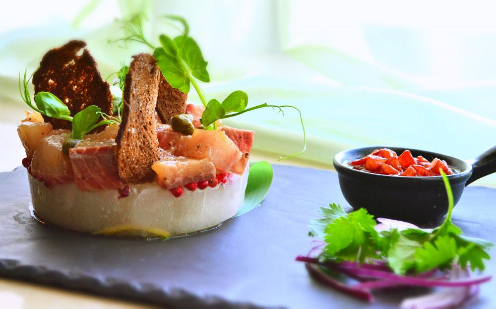Ресторан Де Марко - фотография 9 - Сугудай из якутского муксуна, на цитрусовом льду с соусом из вяленых томатов