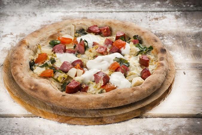 Ресторан Луковка - фотография 10 - Пицца с охотничьими колбасками