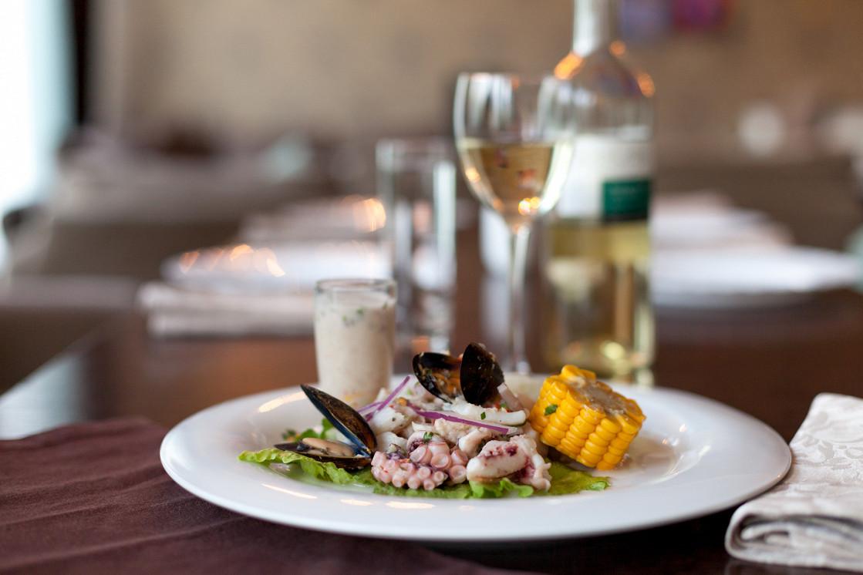 Ресторан Lima - фотография 2 - Севиче микс - традиционная перуанская закуска, представленная с белой и красной рыбой.