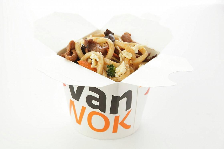 Ресторан Vanwok - фотография 1 - Японский удон с овощами, омлетом, курицей, тофу, древесными грибами в соусе Терияки