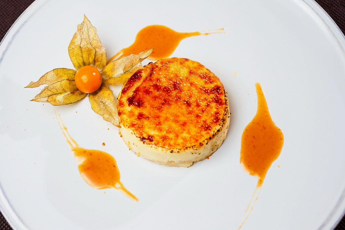 Ресторан Бифштекс - фотография 4 - Чизкейк с карамельной корочкой