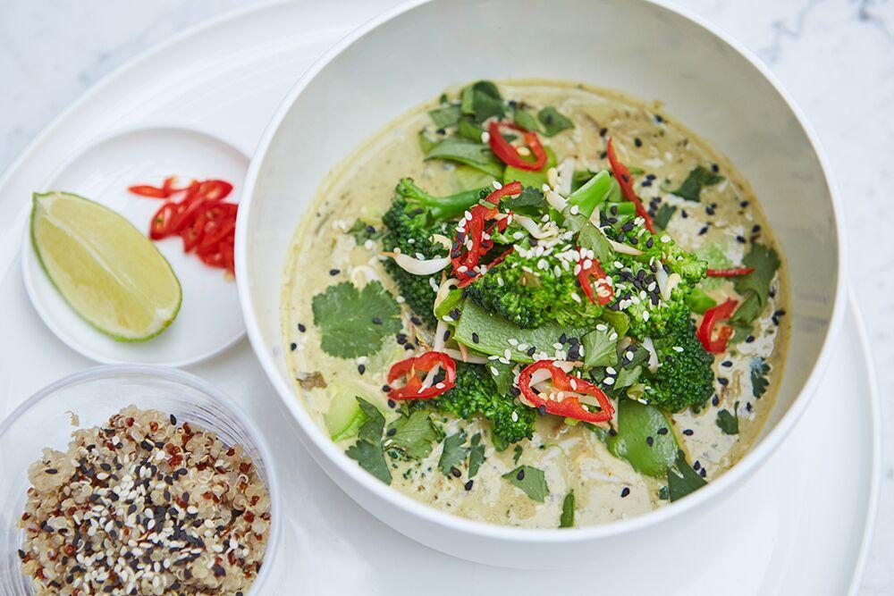 Ресторан КМ20 - фотография 12 - Зеленый карри с овощами и киноа