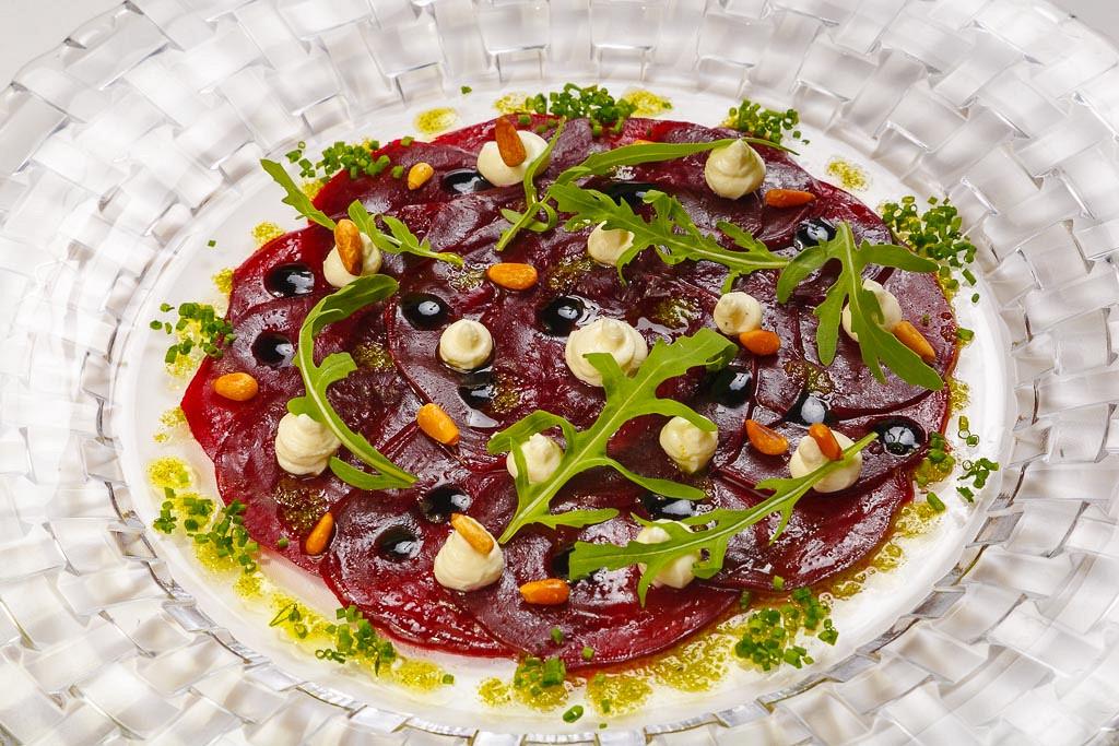 Ресторан G.Graf - фотография 20 - Карпаччо из свеклы с нежным кремом из козьего сыра и кедровыми орешками