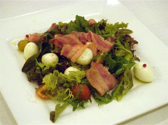 """Ресторан Древо - фотография 2 - Салат """"Завтрак на траве Моне"""" 290 руб"""