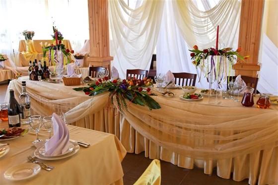 Ресторан Красный кабачок - фотография 5 - Банкетный зал 2 этажа. Подготовка к свадебному банкету.