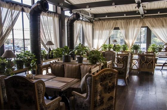 Ресторан Варшавский - фотография 1 - 1 зал представляет собой тихое место с панорамными окнами и насыщенное растениями, образуя атмосферу релакса и комфорта