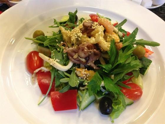 Ресторан Веселый мадьяр - фотография 1 - Салат с морепродуктами.