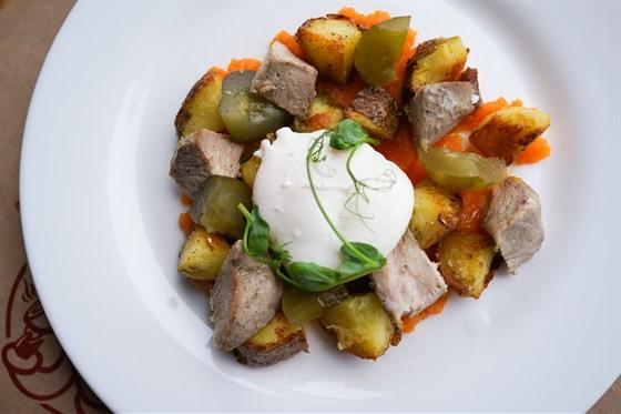 Ресторан Свитер - фотография 5 - Оливье с яйцом пашот от шеф-повара