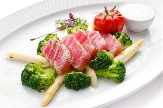 Ресторан Де Марко - фотография 21 - Стейк из тунца, подается на обжаренной белой спарже и брокколи с соусом из нежного йогурта,с добавлением мяты и щавеля.