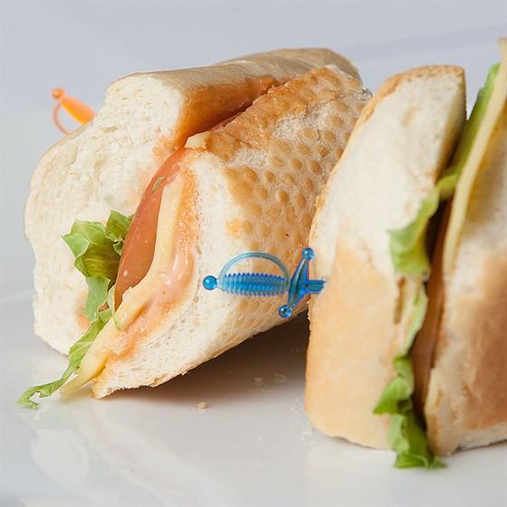 Ресторан Фирма - фотография 10 - Сендвич Овощной (свежеиспеченный белый хлеб, сыр моцарелла, помидор, салат Айсберг, соус коктейль) 175 гр. 80 руб.