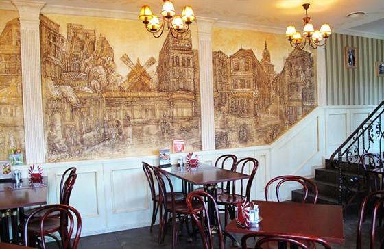 Ресторан Глазурь - фотография 6 - На стенах кофейни ручная роспись с видами Парижа