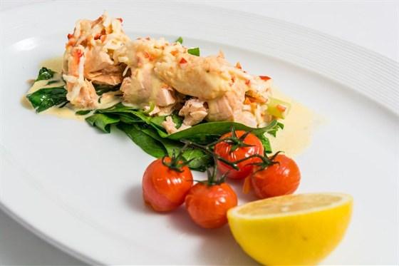 Ресторан Де Марко - фотография 2 - Филетто де сальмоне- блюдо от шеф повара-  в нежное филе лосося заворачивают гребешок, и спаржу и готовят на пару. Выкладывают на подушку из свежего шпината и подают с со сливочным соусом, мясом камчатского краба и помидорами черри.