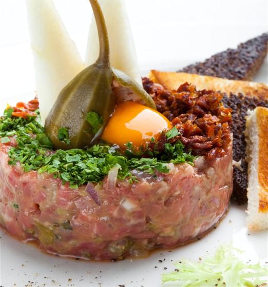 Ресторан Chicago Prime - фотография 11 - Тар – тар из мраморной говядины с тостом и вялеными помидорами