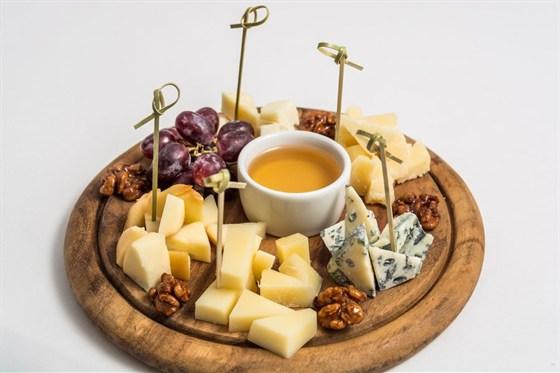 Ресторан Де Марко - фотография 9 - Ассорти сыров- итальянские сыры(азияго, горгонзола, пекорино,пармезан, скоморци) подается с карамелизированными грецкими орехами, виноградом и цветочным медом.