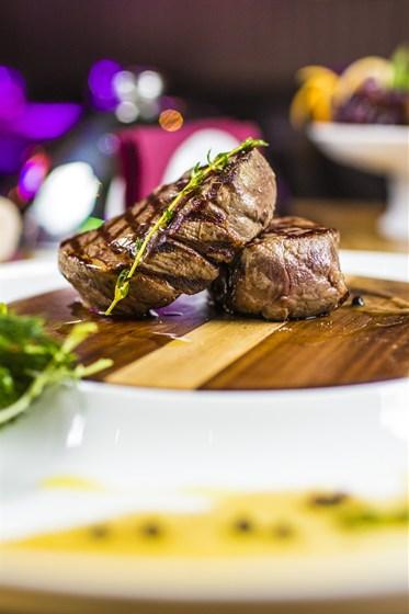 Ресторан Аэрокафе - фотография 10 - Медальоны из говядины в перечном соусе