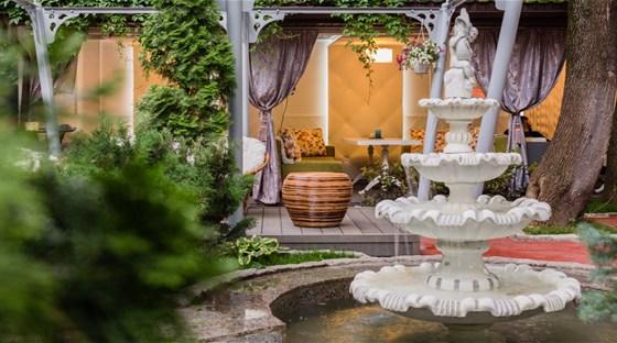 Ресторан Хороший год - фотография 1 - Вид на фонтан в нашем саду.