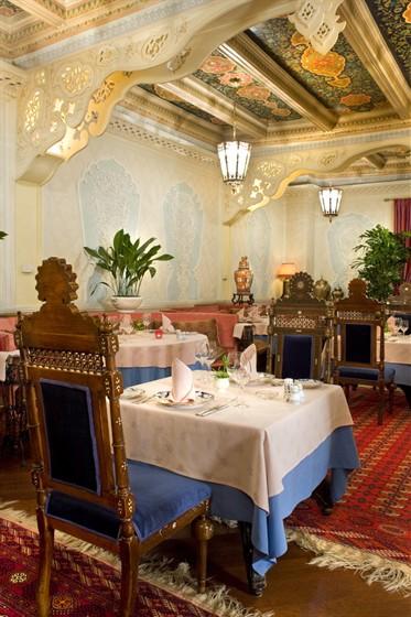 Ресторан Узбекистан - фотография 7 - Сложный мозаичный узор на потолке  говорит об очень высокой квалификации мастера  - это единственный человек в Ташкенте, который владеет искусством мозаичной резьбы по дереву.