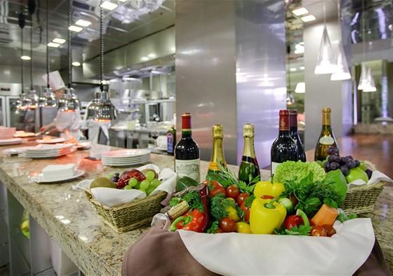 Ресторан Real Food - фотография 14 - Наличие открытой кухни, где блюда готовятся прямо на глазах у гостей ресторана, превращает простой ужин в захватывающее кулинарное шоу.