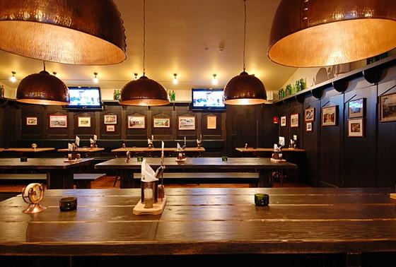 Ресторан Козловица - фотография 9 - Зал с плазменными экранами