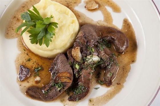 Ресторан Гриль-хофф - фотография 9 - Томленые язычки ягненка в собственном соку под соусом дымий глаз,с воздушным картофельным пюре.