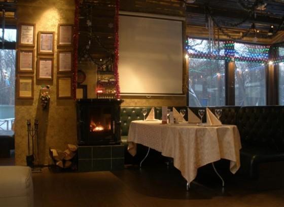 Ресторан Русский чай - фотография 1 - Я блеск огня в большом камине,  Я кочерга, стою в углу,  Я дровянная поленица,  Я вид на пруд на берегу.