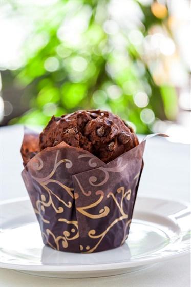 Ресторан Бриошь - фотография 7 - Шоколадный маффин с кусочками горького шоколада