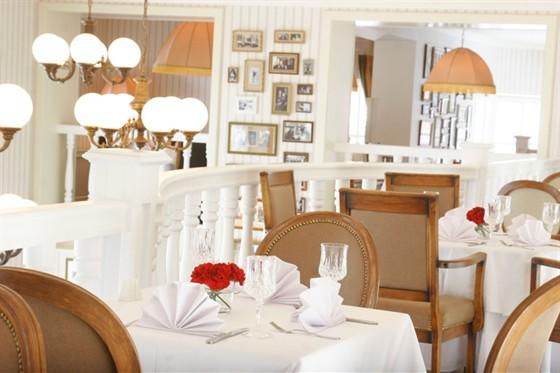 Ресторан Павильон - фотография 17 - На каждом столе стоит вазочка со свежими гвоздиками