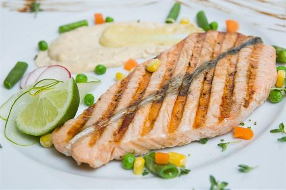 Ресторан Шуга - фотография 4 - Нежнейшее филе лосося под сливочно-сырным соусом в сочетании с овощным гарниром