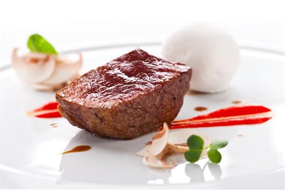 Ресторан Grand Cru by Adrian Quetglas - фотография 9 - Мясо вола со съедобным камнем из иберийского чорисо, пюре из запеченного красного перца и молодыми листьями шпината с мандариновым маслом