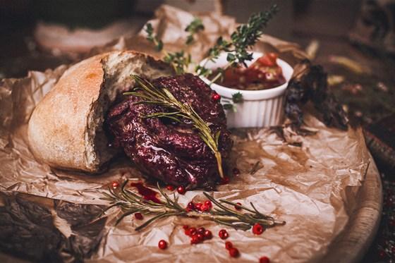 Ресторан Панаехали - фотография 10 - Стейк из говядины с краюшкой и соусом из айвы