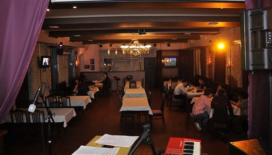 Ресторан Лентяй - фотография 3 - Бар-клуб Лентяй. 2 этаж. вид со сцены.
