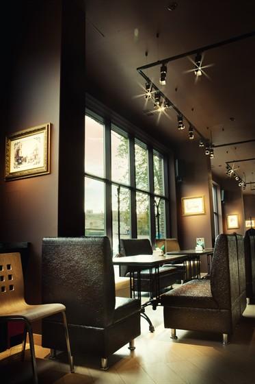 Ресторан Антоновка - фотография 2 - И очень уютно провести здесь вечер...диваны, приглушенный свет, а за большими окнами спешащие домой люди...