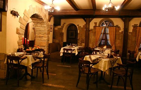 Ресторан Монетный двор - фотография 4 - Зал, расположен со стороны окон. Уютные двухместные столики для пар; а также хорошая освещённость для работы с документами позволит комфортно провести время нашим Гостям