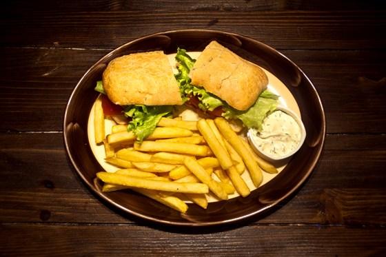 Ресторан Пъянобар - фотография 3 - Вкуснейший сэндвич с теплой курочкой, а так же нежными грибами,сочными помидорами, листьями салата и хрустящей ароматной булочкой! Подается с картофелем фри.