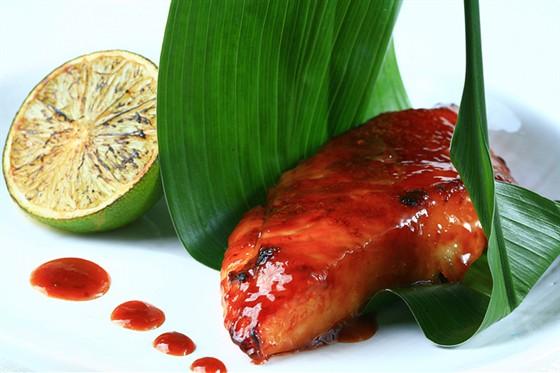 Ресторан Желтое море - фотография 8 - Хираме мисо - филе палтуса, маринованное в соусе «Мороми-мисо» и запеченное на открытом огне под карамельной корочкой. Подается в пальмовом листе с фирменным соусом «Желтое Море»