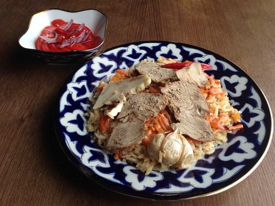 Ресторан Сухофрукты - фотография 12 - Плов Самаркандский с бараниной и салатом 280гр - 360 руб.