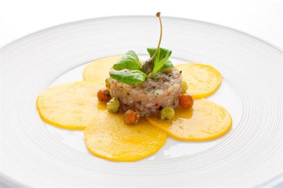 Ресторан Де Марко - фотография 20 - Тар-тар из морского окуня с чили перцем и луком сибулет на карпаччо  из маринованной  в меде репы .