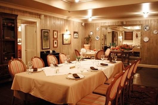 Ресторан Сахли - фотография 15 - Грузинский ресторан Сахли (2 зал). Черно-белые фотокарточки, тарелочки с виноградной вязью из семейного сервиза, книжки с потускневшими корешками и старый чайник — новый ресторан «Сахли» помнит Грузию такой, какой здесь ее мало кто видел.