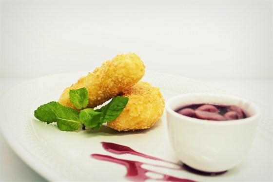 Ресторан Ньютон - фотография 8 - Кухня, Жареный сыр камамбер  с виноградным соусом